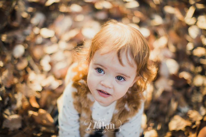 Sesión de fotos familiar y navideña en el bosque en otoño en barcelona (26)