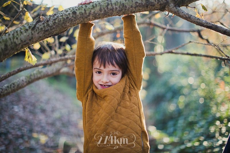 Sesión de fotos familiar y navideña en el bosque en otoño en barcelona (25)