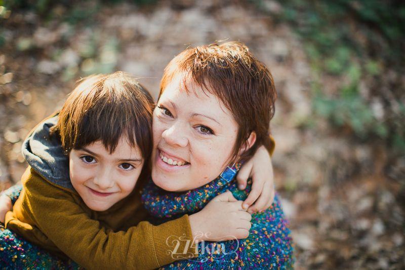 Sesión de fotos familiar y navideña en el bosque en otoño en barcelona (21)