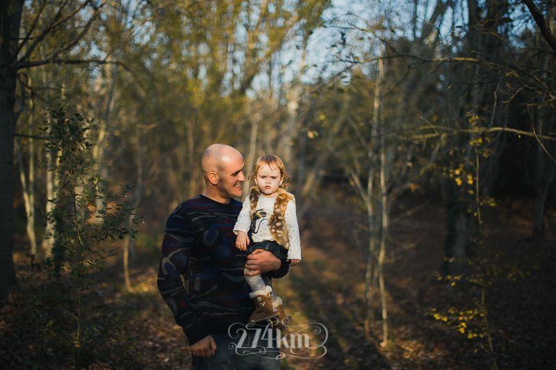 Sesión de fotos familiar y navideña en el bosque en otoño en barcelona (20)
