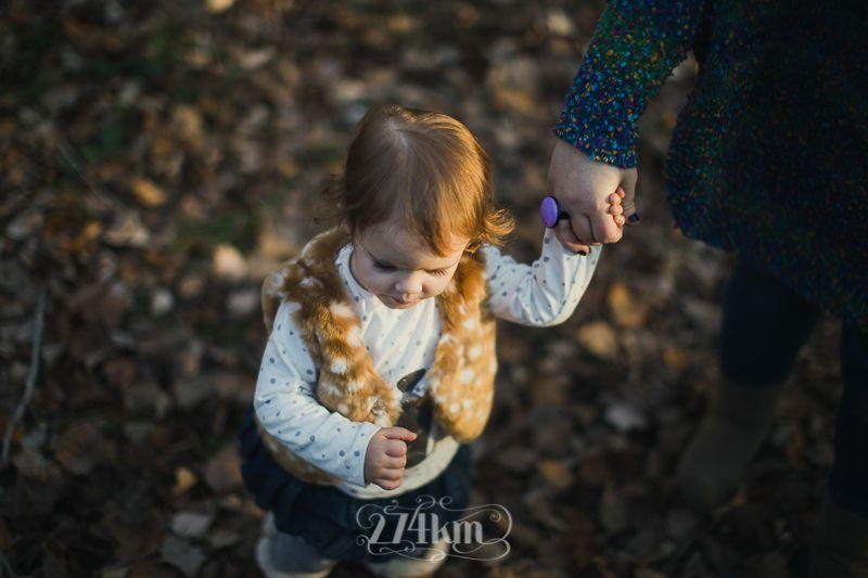 Sesión de fotos familiar y navideña en el bosque en otoño en barcelona (17)