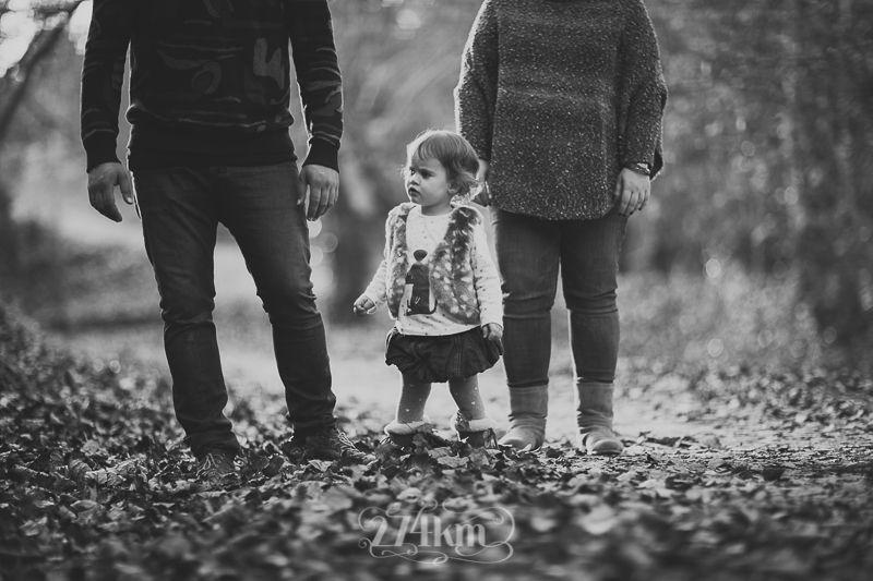 Sesión de fotos familiar y navideña en el bosque en otoño en barcelona (14)