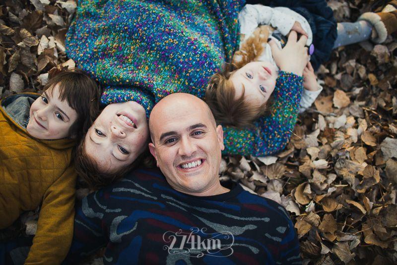 Sesión de fotos familiar y navideña en el bosque en otoño en barcelona (9)