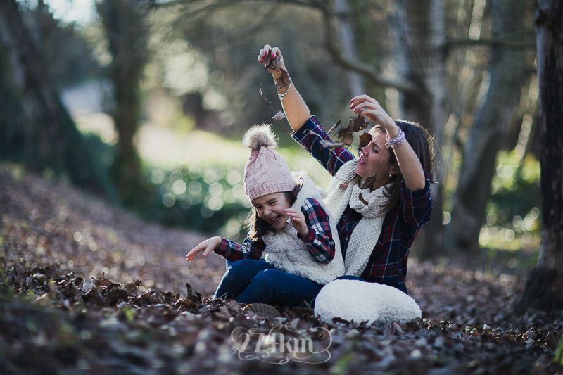 sesión de fotos familiar en otoño en el bosque en barcelona (28)