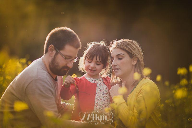 Sesión de fotos de embarazada y familia en campo de graminias en exterior en barcelona (35)