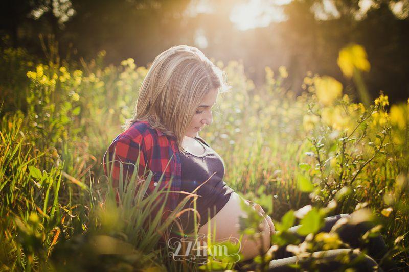 Sesión de fotos de embarazada y familia en campo de graminias en exterior en barcelona (12)