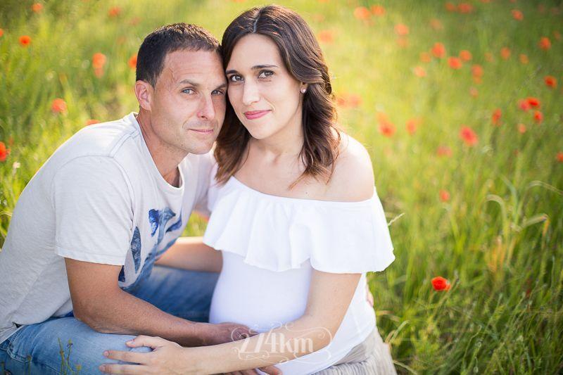Sesión de fotos de embarazo en campo de trigo en primavera en barcelona (16)