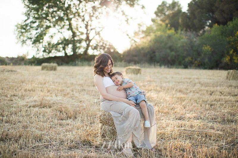 Sesión de fotos de embarazo en campo de trigo en primavera en barcelona (11)