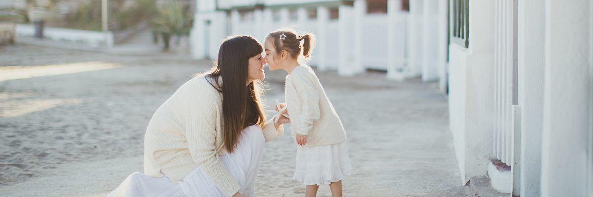 Un paseo por la playa con mamá