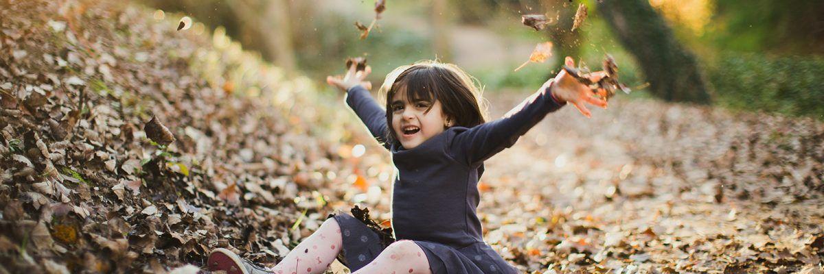 Paseo en familia en el otoño