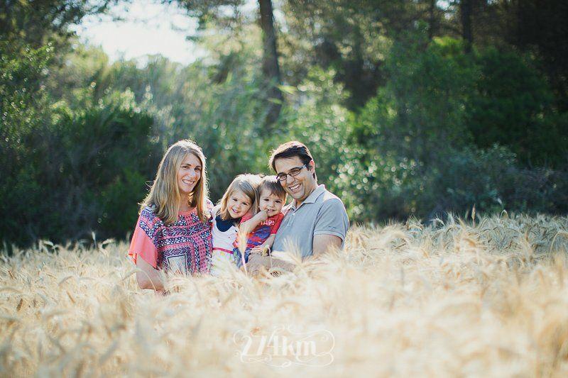 Sesión de fotos familiar en el campo en exterior en verano en barcelona (25)