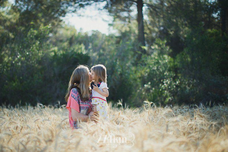 Sesión de fotos familiar en el campo en exterior en verano en barcelona (24)