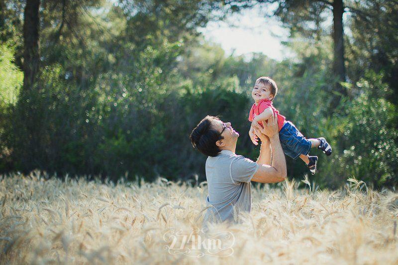 Sesión de fotos familiar en el campo en exterior en verano en barcelona (23)