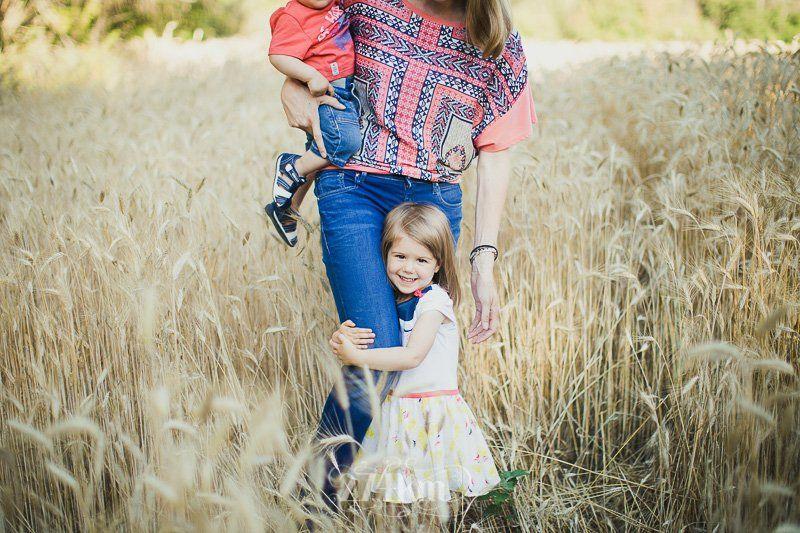 Sesión de fotos familiar en el campo en exterior en verano en barcelona (20)