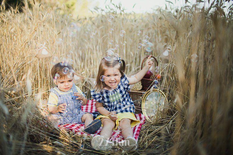 Sesión de fotos familiar en el campo en exterior en verano en barcelona (12)