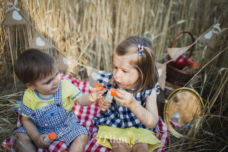 Sesión de fotos familiar en el campo en exterior en verano en barcelona (10)