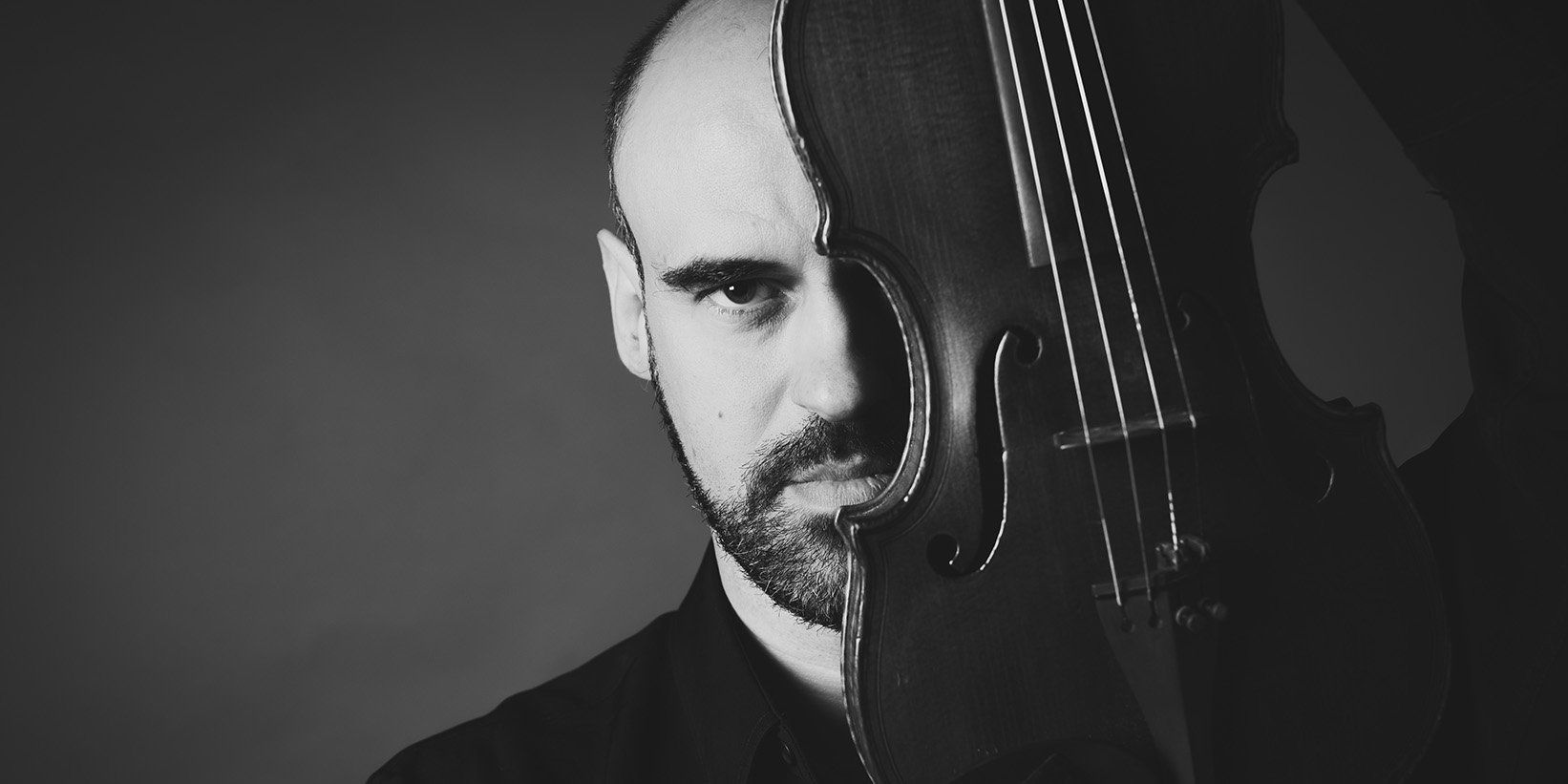 Sesión de fotos de retrato de un violinista en estudio en barcelona (12)